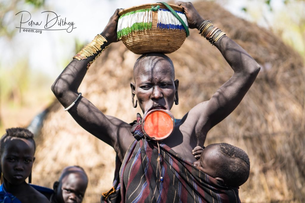 Mursi woman with lip plate (the bigger the more beautiful), © Petra Dilthey, ethno e-empowerment (eeem.org).
